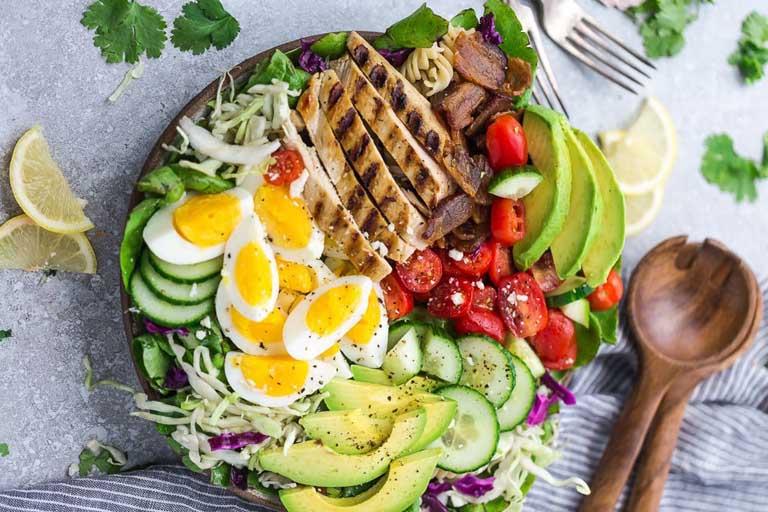 Duy trì thói quen ăn uống khoa học giúp tăng cường sức khỏe xương khớp và hỗ trợ điều trị bệnh đau lưng
