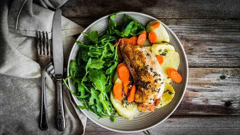 Ăn uống đầy đủ dưỡng chất sẽ giúp tăng cường hệ miễn dịch và phòng ngừa bệnh lý