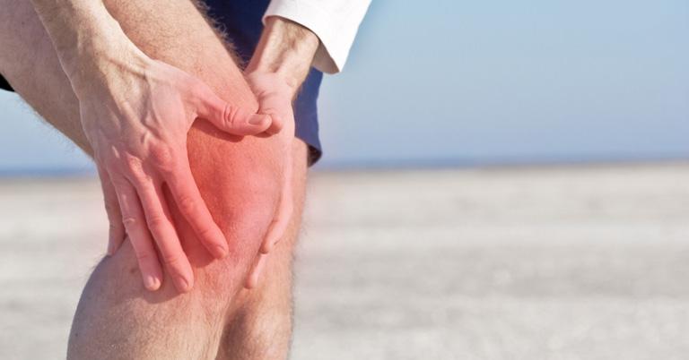 Tràn dịch khớp gối gây đau nhức khiến người bệnh gặp khó khăn khi vận động