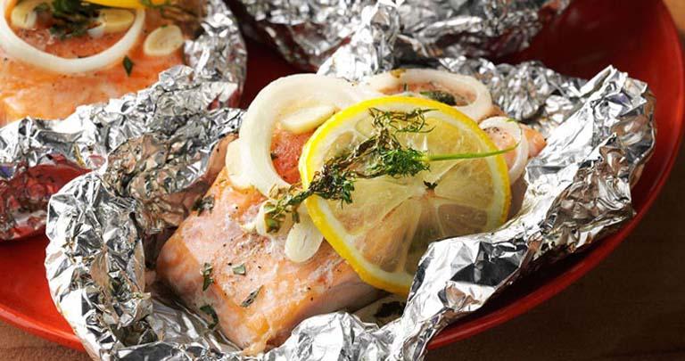 Cá hồi bọc giấy bạc đút lò là món ăn chứa nhiều dưỡng chất tốt cho sức khỏe