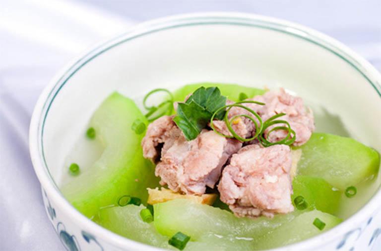 Người bị tràn dịch khớp gối nên bổ sung món canh bí hầm xương vào thực đơn ăn uống hàng ngày