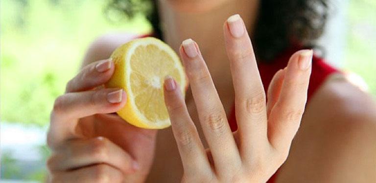 Cải thiện triệu chứng của bệnh bằng cách dùng chanh tươi chà xát vào gan bàn tay và bàn chân