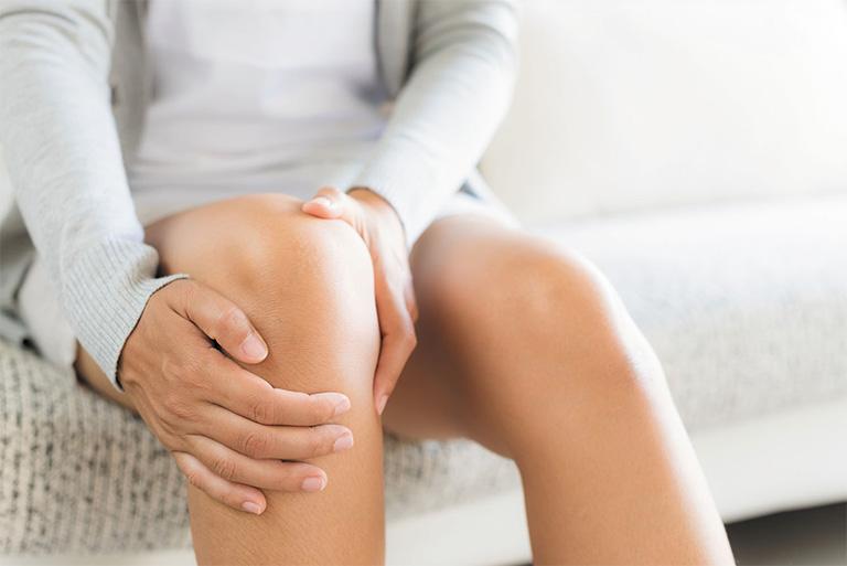 Tràn dịch khớp gối là căn bệnh xương khớp thuộc chứng Tý. nguyên nhân là do tình trạng kinh lạc bế tắc, khí huyết lưu thông kém, suy giảm sức đề kháng nên dẫn đến xương khớp bị tổn thương