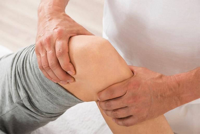 Cần kết hợp với việc xoa bóp - bấm huyệt trong việc chữa tràn dịch khớp gối song song với việc dùng thuốc Đông y