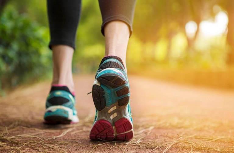 Đi bộ đều chân giúp kích thích tuần hoàn máu đến đốt sống và hỗ trợ làm lành tổn thương tại đây