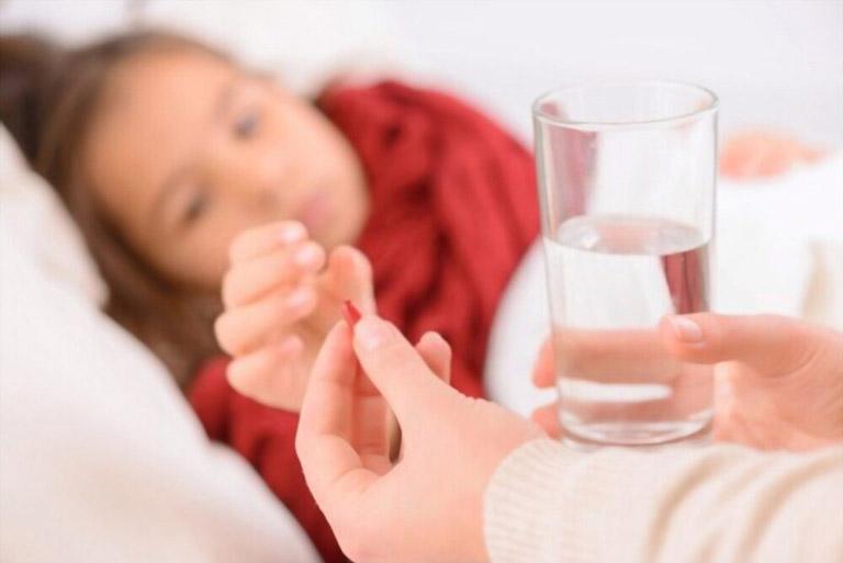 Cho trẻ sử dụng thuốc trị bệnh thấp khớp cấp theo đơn kê của bác sĩ chuyên khoa