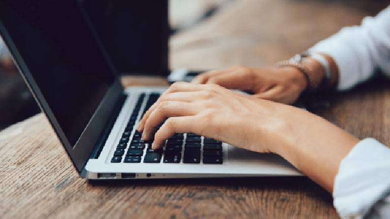 Nhân viên văn phòng thường xuyên sử dụng máy tính lầ đối tượng dễ bị tràn dịch khớp cổ tay