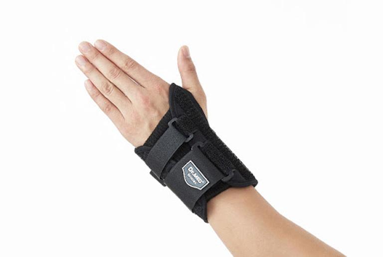 Dùng nẹp cố định cổ tay để phòng ngừa các tổn thương không mong muốn và hỗ trợ điều trị bệnh