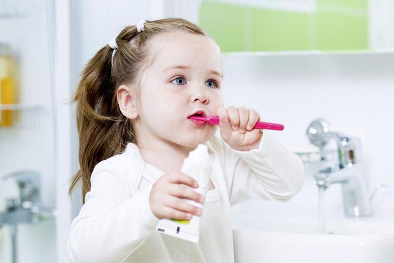 Tập cho bé thói quen đánh răng sau khi ăn giúp loại bỏ tác nhân gây hại tồn tại bên trong khoang miệng