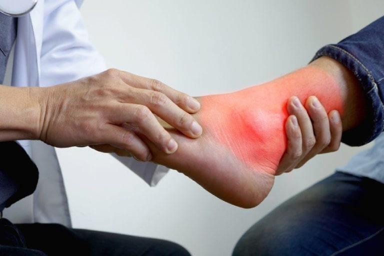 Thăm khám bác sĩ chuyên khoa để được hướng dẫn điều trị tràn dịch khớp cổ chân đúng cách