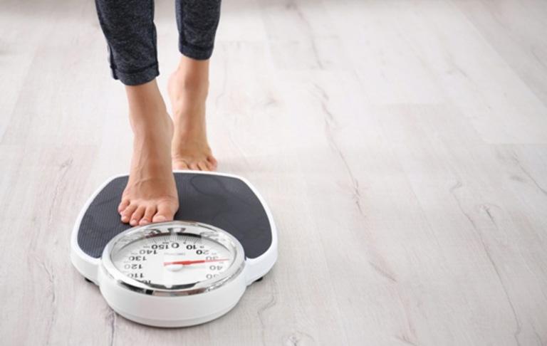 Chị em cần chú ý duy trì cân nặng ở mức ổn định để phòng tránh khởi phát bệnh đau thắt lưng