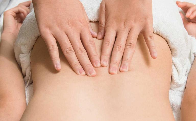 Kết hợp thoa rượu thuốc với massage lưng giúp nâng cao hiệu quả mang lại