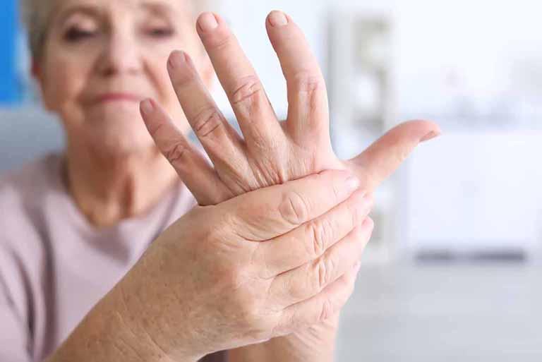 Người già là đối tượng có nguy cơ bị bệnh thấp khớp cao hơn bình thường