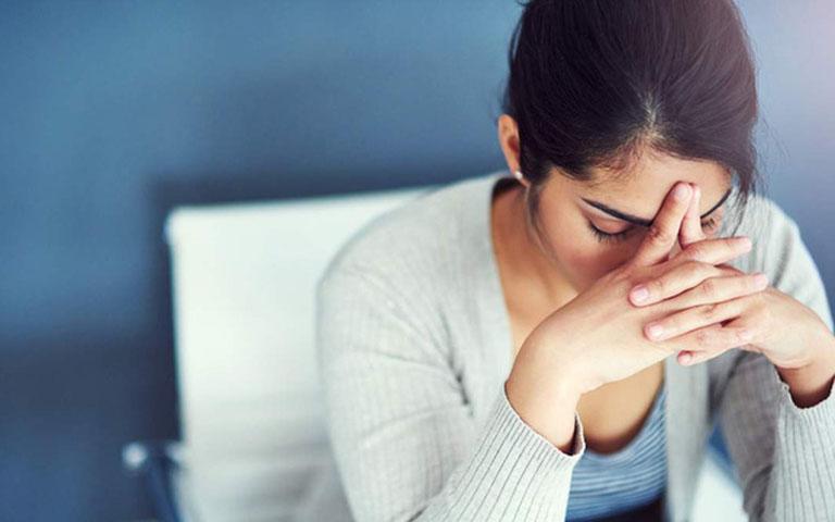 Tâm lý căng thẳng và lo lắng sẽ khiến tình trạng đổ mồ hôi tay chân trở nên nghiêm trọng hơn