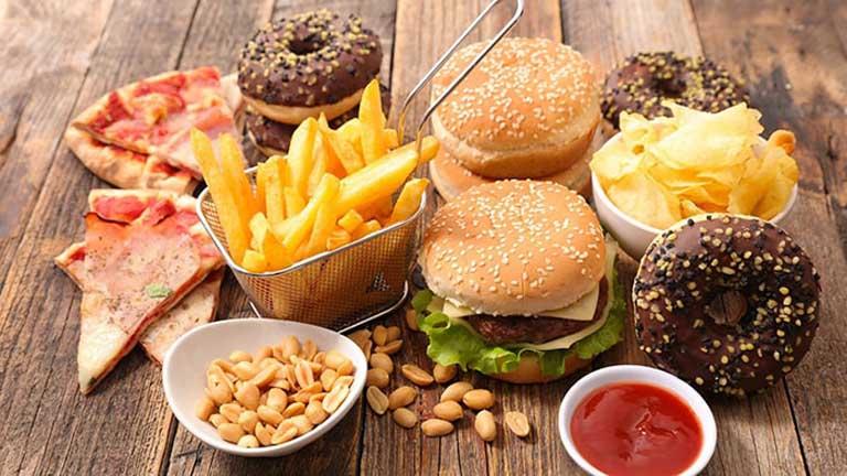 Ăn uống nhiều chất béo là nguyên nhân gây nội thấp và dẫn đến tình trạng đổ mồ hôi tay chân