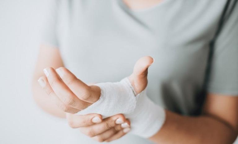 Hầu hết các trường hợp bị tràn dịch khớp cổ tay đều khởi phát sau khi cổ tay bị chấn thương