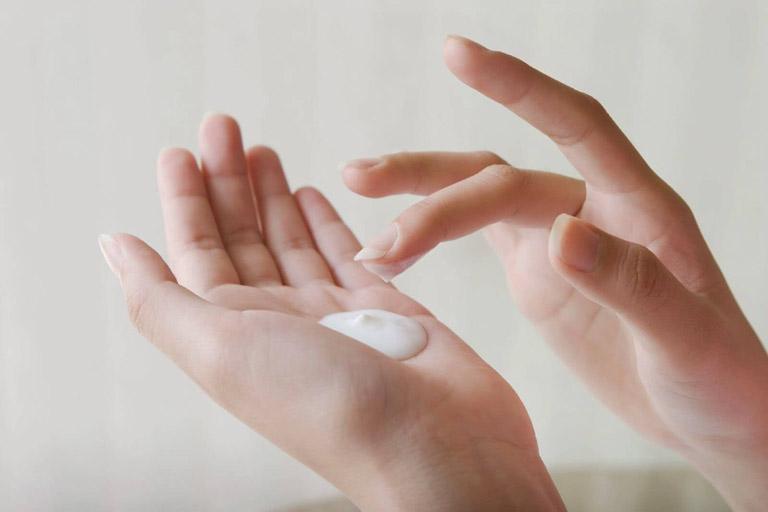 Sử dụng thuốc bôi ngoài da để cải thiện triệu chứng đổ mồ hôi tay chân