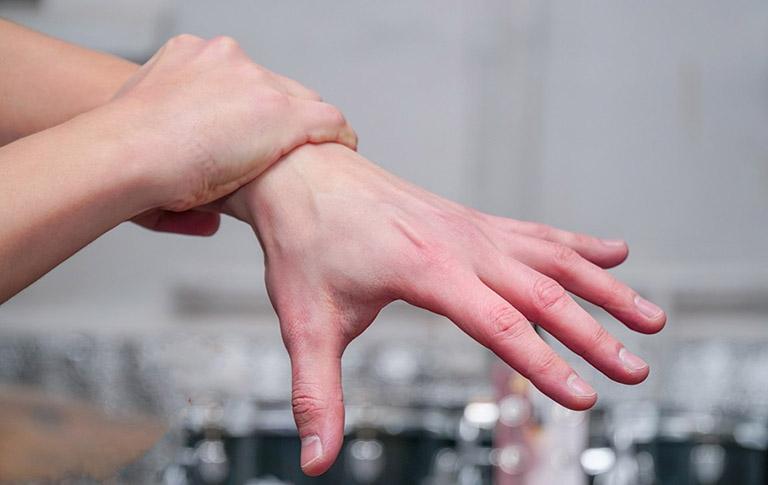 Tràn dịch khớp cổ cay khiến người bệnh gặp khó khăn khi cử động bàn tay