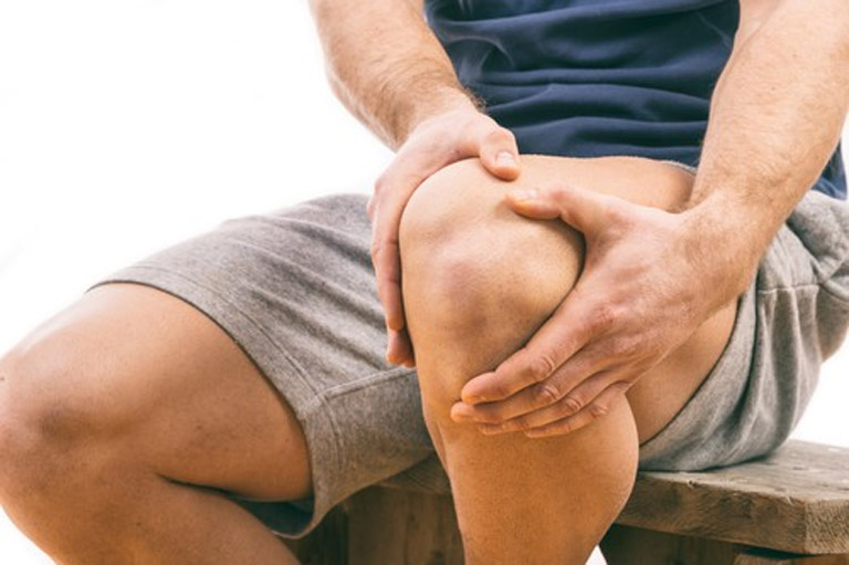 Tràn dịch khớp gối gây đau nhức và khiến khả năng vận động của người bệnh bị hạn chế
