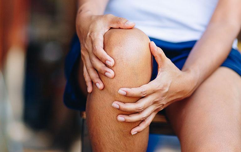Tràn dịch khớp gối gây khó khăn khi vận động, nếu không điều trị bệnh sẽ chuyển biến nặng và phát sinh biến chứng