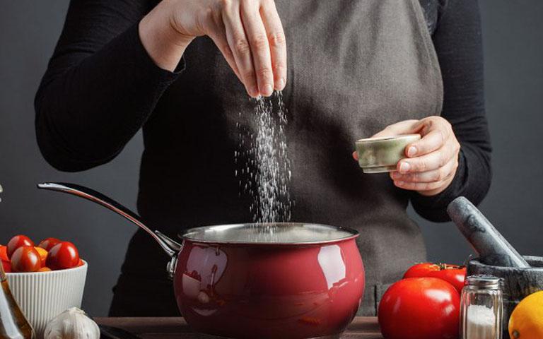 Sử dụng món ăn mặn nhiều muối sẽ gây cản trở quá trình hấp thụ canxi của cơ thể
