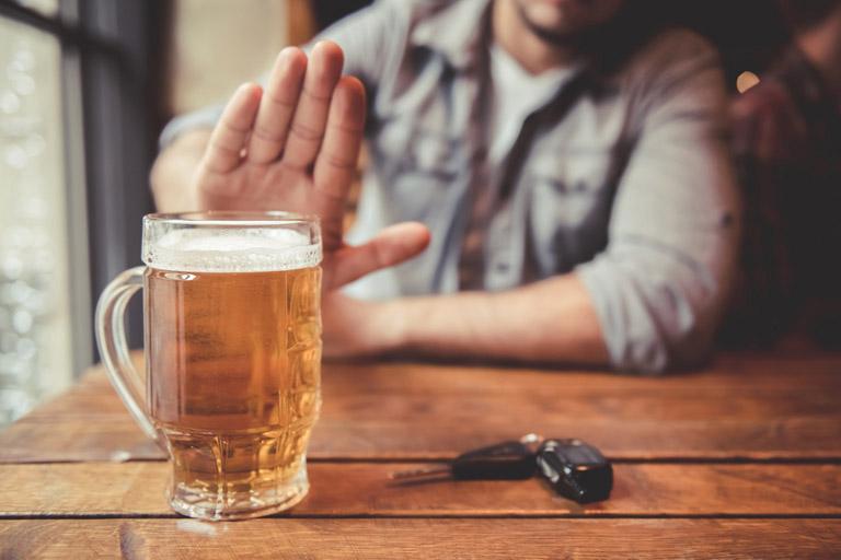 Người bị tràn dịch khớp gối không nên sử dụng đồ uống có cồn nếu không muốn bệnh chuyển nặng