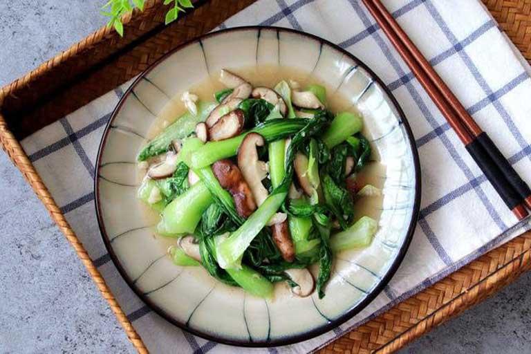 Nấm hương xào cải chíp là món ăn có khả năng hỗ trợ điều trị bệnh tràn dịch khớp gối