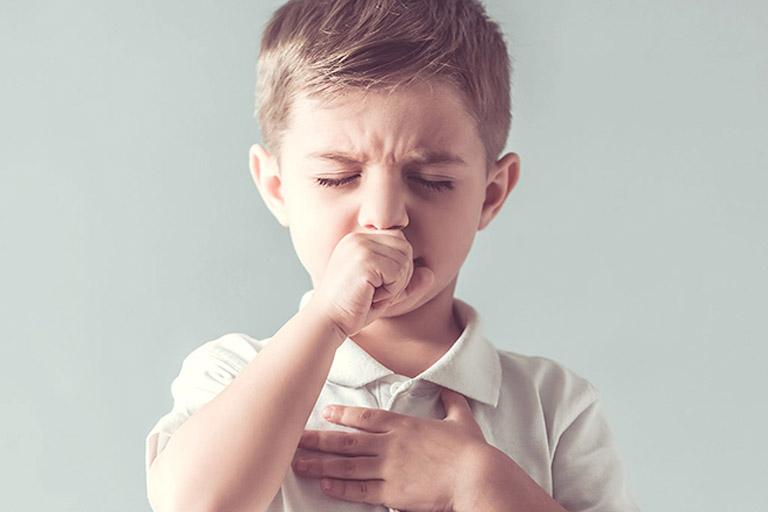 Khi bệnh mới khởi phát, trẻ sẽ có các dấu hiệu của bệnh viêm họng liên cầu khuẩn