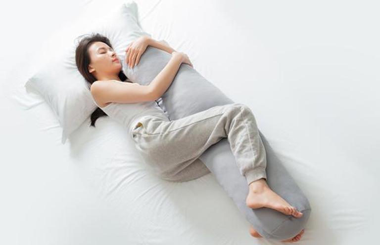 Tư thế nghĩ ngơi và nằm ngủ đúng dành cho người bị viêm tràn dịch khớp gối
