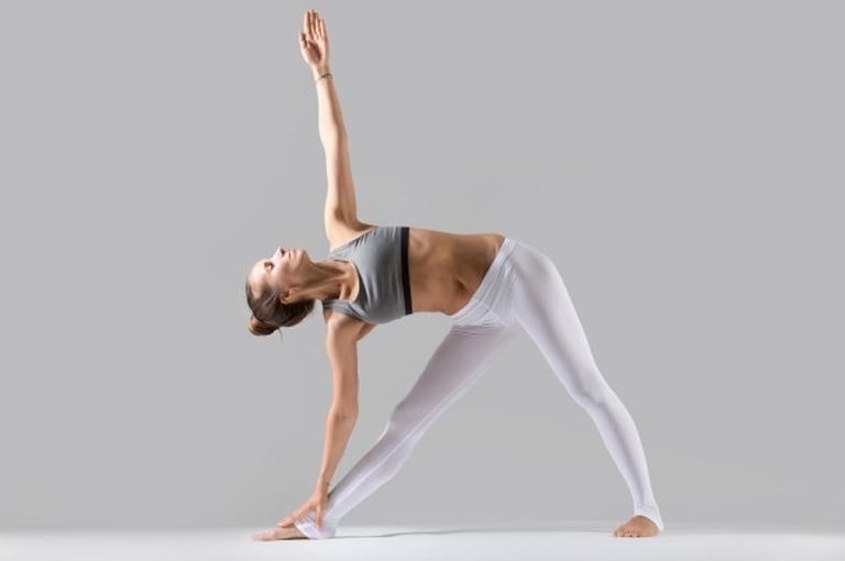 Tư thế yoga hình tam giác giúp kéo giãn vùng cột sống và giảm nhẹ triệu chứng đau nhức