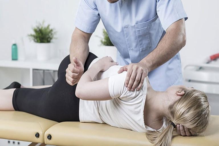 Tiến hành vật lý trị liệu hỗ trợ cải thiện triệu chứng của bệnh và phục hồi chức năng xương khớp