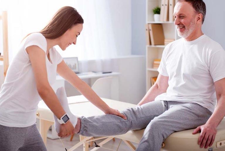 Tiến hành vật lý trị liệu để khôi phục chức năng vận động của khớp cổ chân sau phẫu thuật
