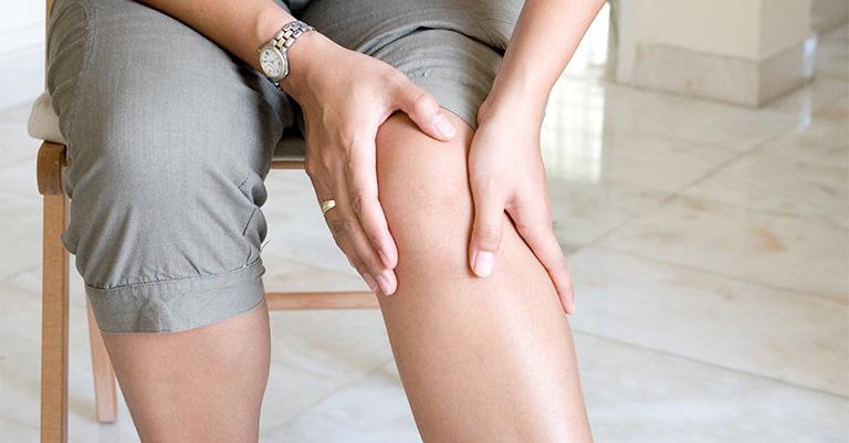 Bệnh viêm bao hoạt dịch khớp gối gây ra triệu chứng viêm sưng và đau nhức tại khớp gối