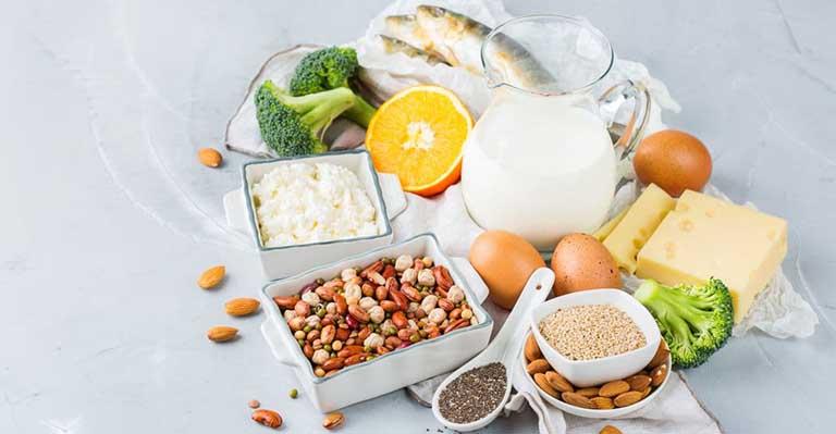 Nên tăng cường bổ sung vào trong thực đơn ăn uống hàng ngày các loại thực phẩm giàu canxi giúp nuôi dưỡng xương chắc khỏe