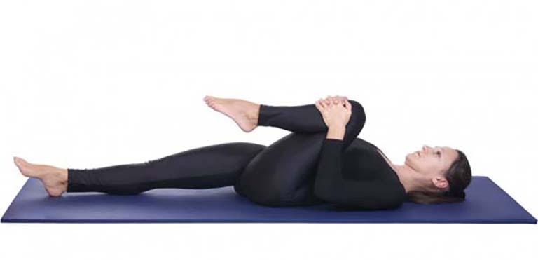 Bài tập co gối có tác dụng kéo giãn cơ và phần lưng dưới giúp mang lại hiệu quả giảm đau