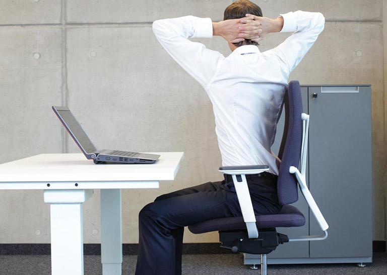 Cải thiện tình trạng đau nhức lưng bằng bài tập kéo giãn lưng dưới ngay trong phòng làm việc
