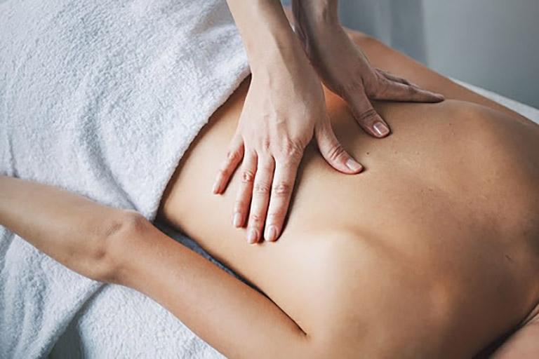 Bấm huyệt chữa đau lưng là phương pháp được rất nhiều người bệnh ưu tiên áp dụng tại nhà