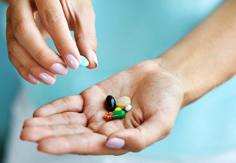 Sử dụng thuốc Tây y giúp cải thiện các triệu chứng khó chịu do bệnh gây ra