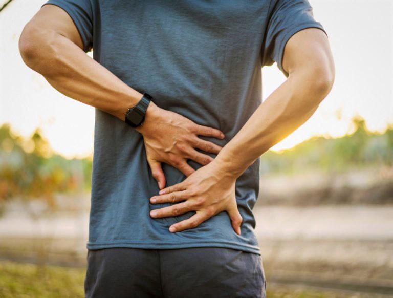 Cơn đau lưng thường trở nên nghiêm trọng hơn khi người bệnh vận động