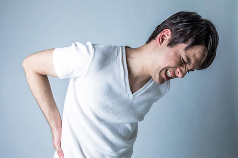 Các triệu chứng của bệnh đau lưng giữa khiến người bệnh cảm thấy khó chịu và khó vận động
