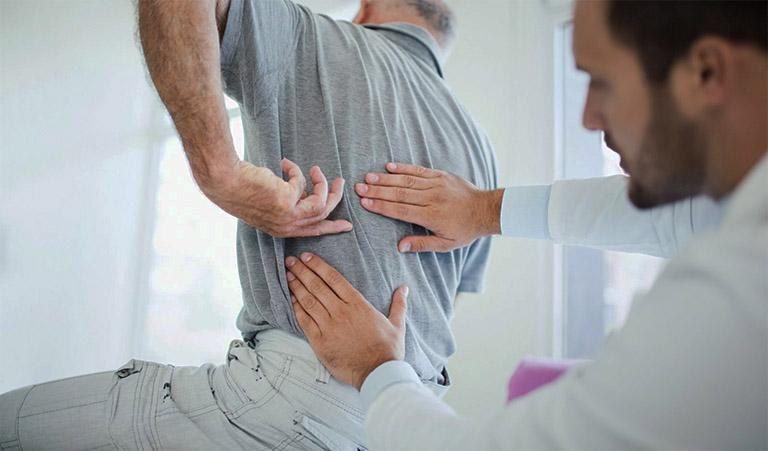 Thăm khám chuyên khoa nếu tình trạng đau lưng do ngồi lâu diễn ra kéo dài với mức độ ngày càng nặng