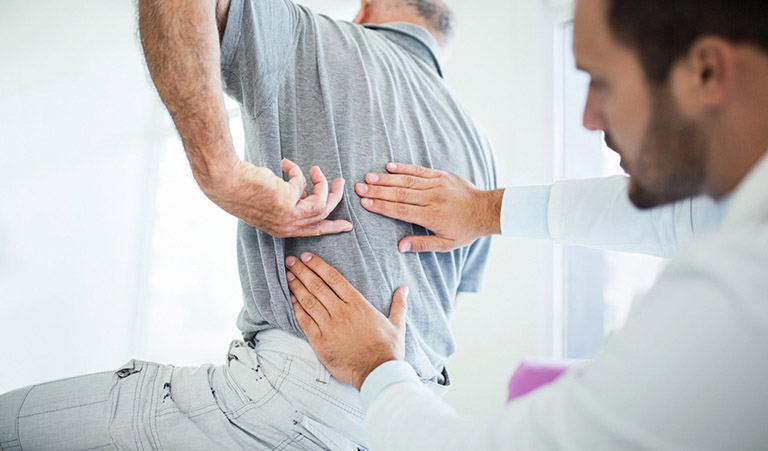 Thăm khám và điều trị chuyên khoa đối với những trường hợp đau lưng do bệnh lý