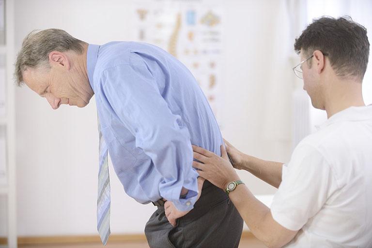 Thăm khám chuyên khoa nếu tình trạng đau lưng diễn ra kéo dài với mức độ ngày càng nặng