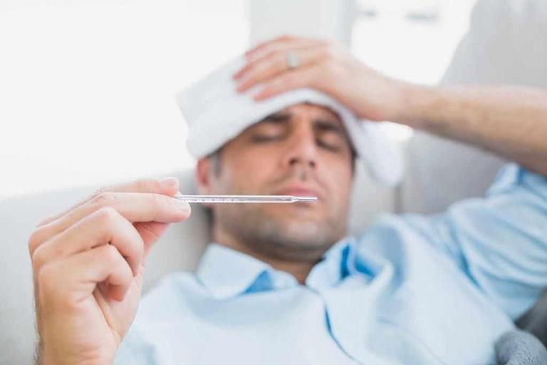 Người bệnh cần nhanh chóng đến gặp bác sĩ chuyên khoa nếu bị sốt cao kéo dài sau khi phẫu thuật trị bệnh