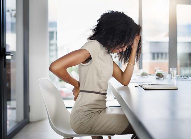 Ngồi lâu đau lưng là tình trạng xảy ra ngày càng phổ biến và gây ảnh hưởng lớn đến chất lượng cuộc sống của người bệnh
