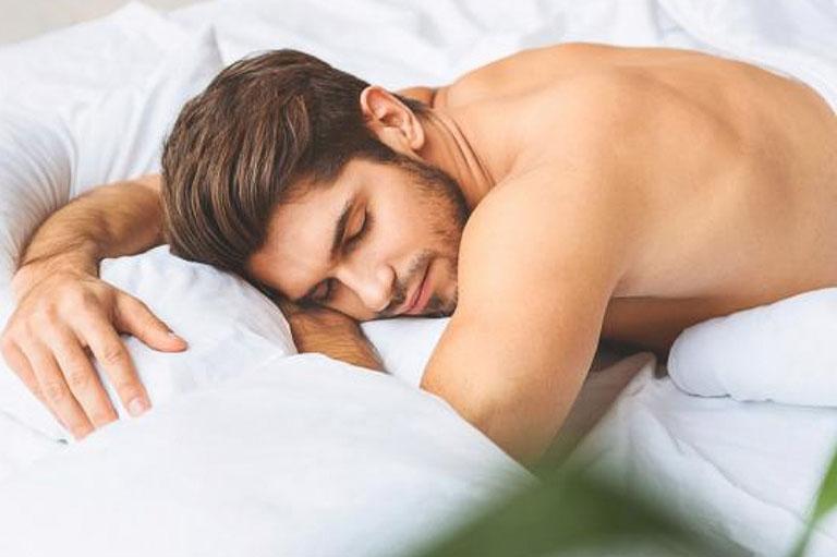 Nằm ngủ sai tư thế sẽ khiến vùng cột sống bị tổn thương và gây đau nhức khi ngủ dậy