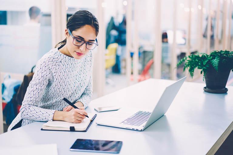 Đau lưng là tình trạng thường gặp ở những người làm việc văn phòng ít vận động