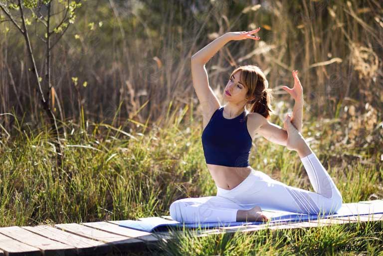 Tập yoga sẽ giúp bạn giải tỏa căng thẳng trong cuộc sống khá tốt và hỗ trợ điều trị bệnh đau lưng giữa