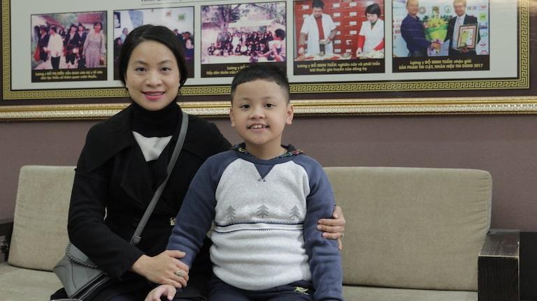 Chị Dương Hiền và bé Bảo Nam - Bệnh nhân điều trị viêm họng tại nhà thuốc Đỗ Minh Đường