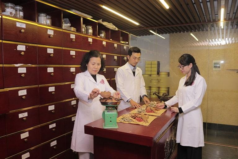 Các chuyên gia YHCT nghiên cứu dược liệu